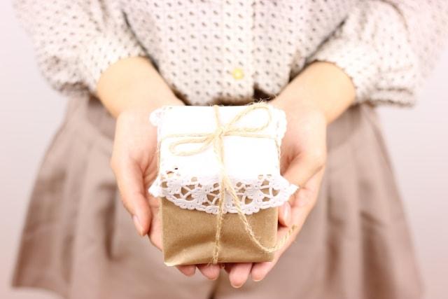 プレゼントを贈るラッピングコーディネーター