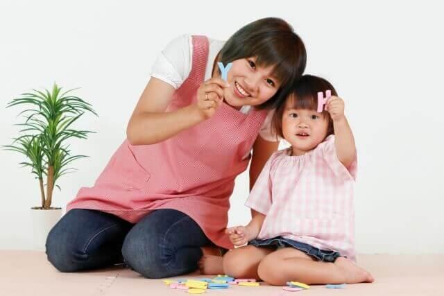 保育士の女性と子ども